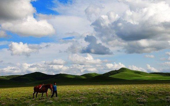 让我们红尘作伴、策马奔腾在乌兰布统坝上草原上