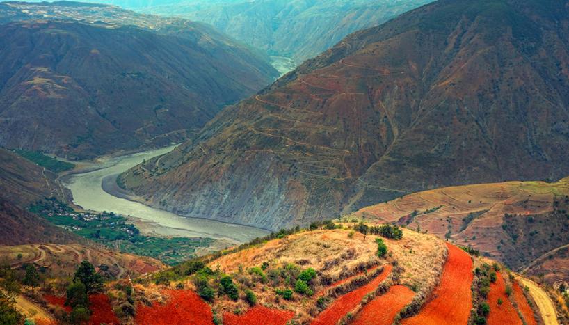 位于云南省迪庆藏族自治州德钦县西边约20千米的横断山脉中段怒江与