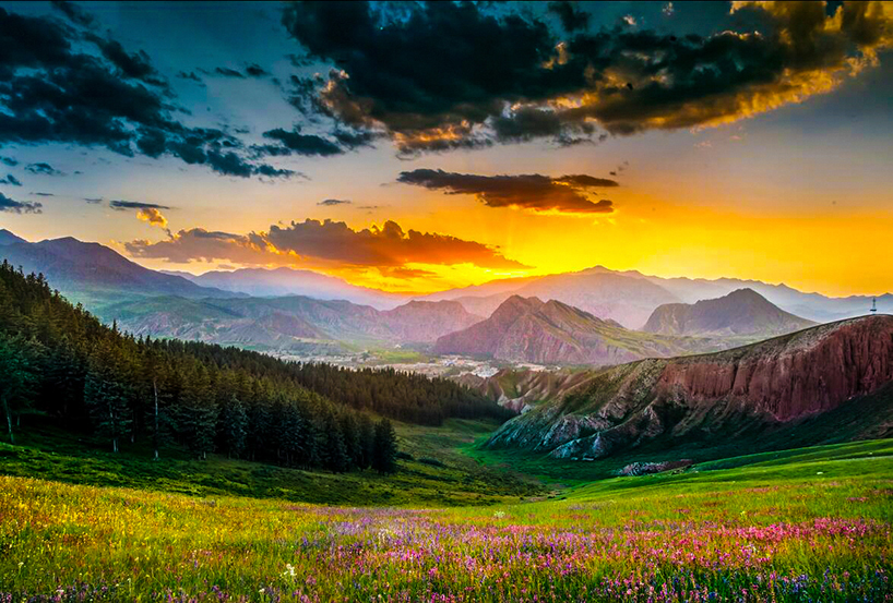 左右两侧分别是拉洞峡和白杨沟风景区,背面是连绵起伏的祁连山,山脚下